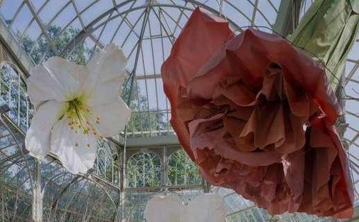 Las flores gigantes de Petrit Halilaj en el Palacio de Cristal del Retiro