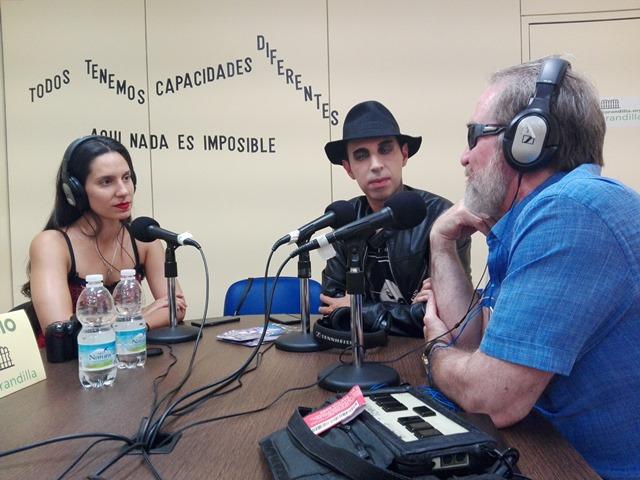 Foto en el estudio de radio La Barandilla
