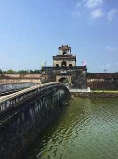 Puente sobre el foso Entrada a la Ciudad Imperial
